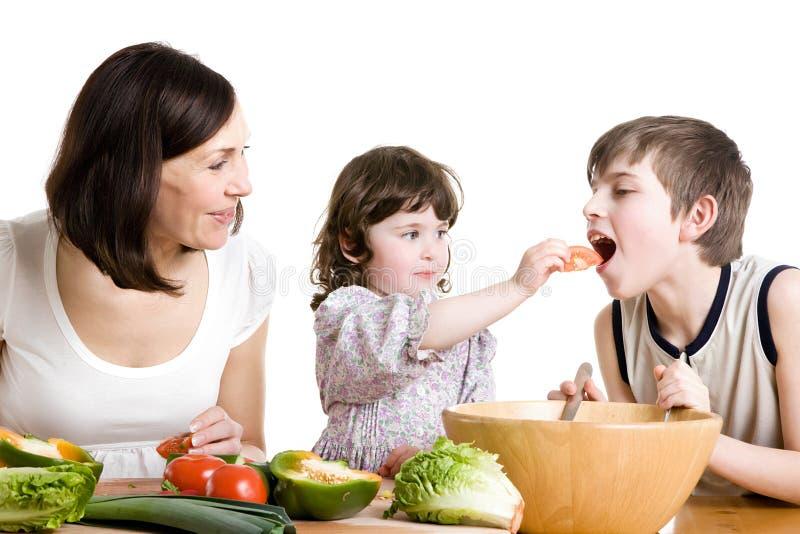 Moeder En Kinderen Die Bij De Keuken Koken Stock Foto
