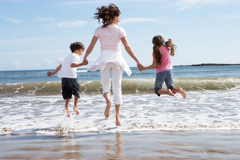 Moeder en Kinderen die Pret op Strandvakantie hebben royalty-vrije stock afbeelding