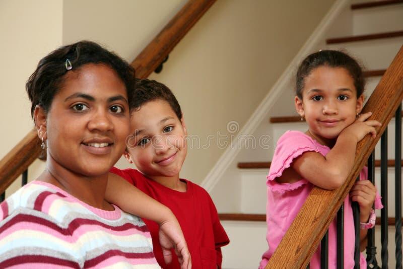 Moeder en Kinderen op Treden royalty-vrije stock foto