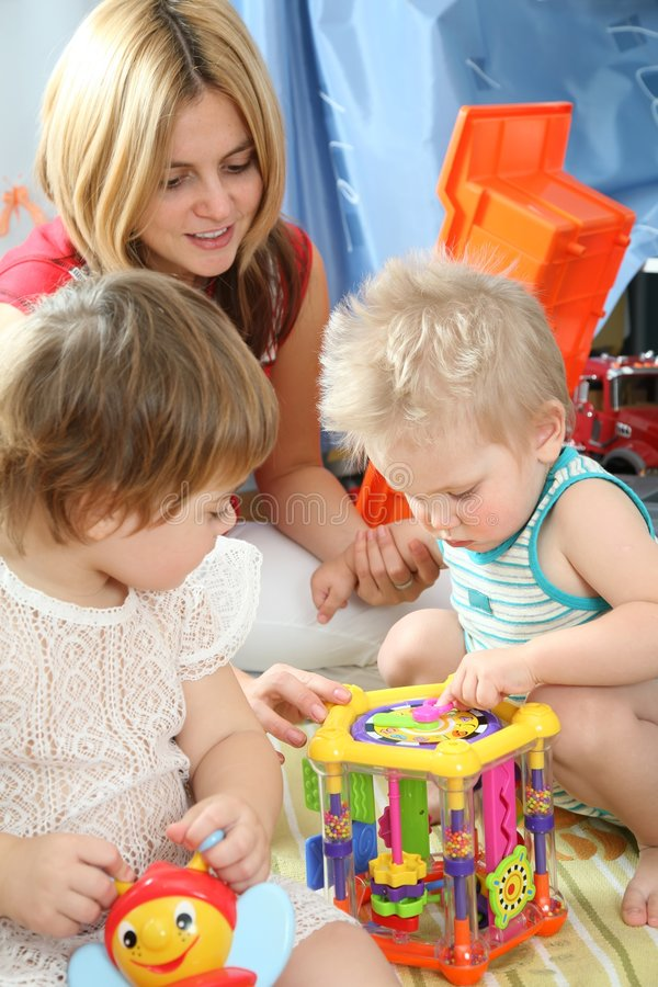 Moeder en kinderen in speelkamer royalty-vrije stock afbeeldingen
