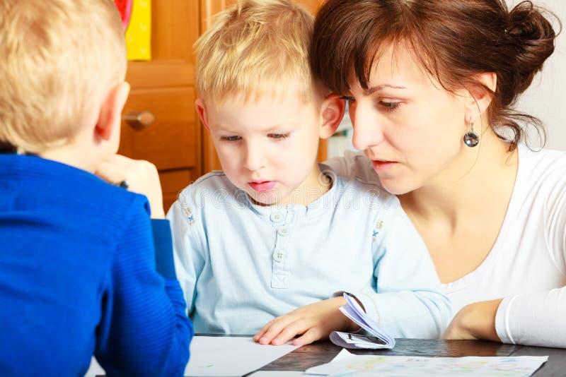 Moeder en kinderenzonen die zich samentrekken royalty-vrije stock foto
