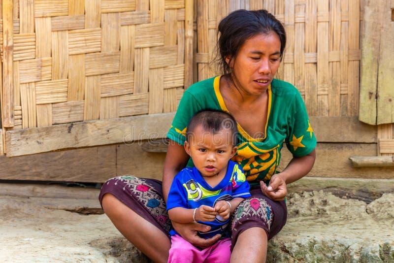 Moeder en kindetnische minderheid Laos stock foto's