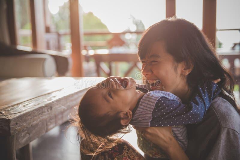 moeder en kindmeisje het spelen stock afbeeldingen