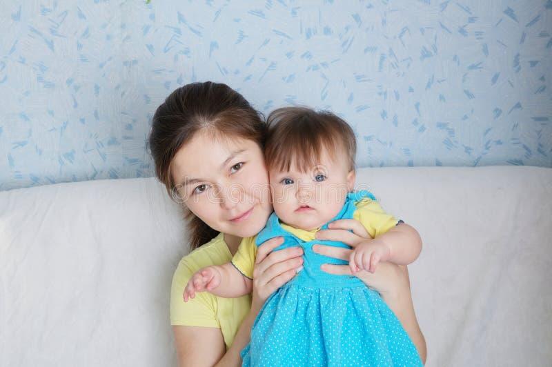 Moeder en kindportret, gelukkige glimlachende vrouw met weinig baby, multinationale familie met Aziatisch mamma en dochter royalty-vrije stock afbeelding