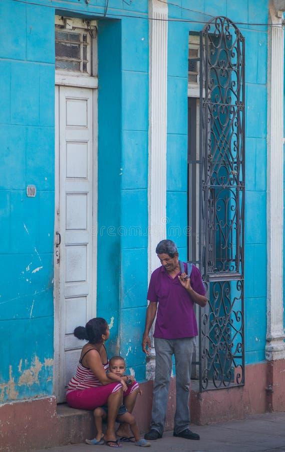 Moeder en kindzitting in straat van Caraïbisch communisme Cuba, Amerika royalty-vrije stock foto's
