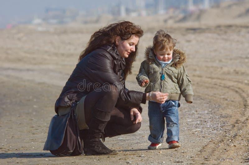 Moeder en leuke jongen op het strand royalty-vrije stock afbeelding