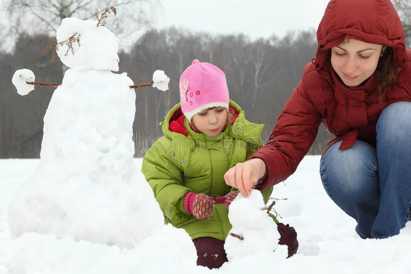 Moeder en meisje in de winter op openlucht stock foto