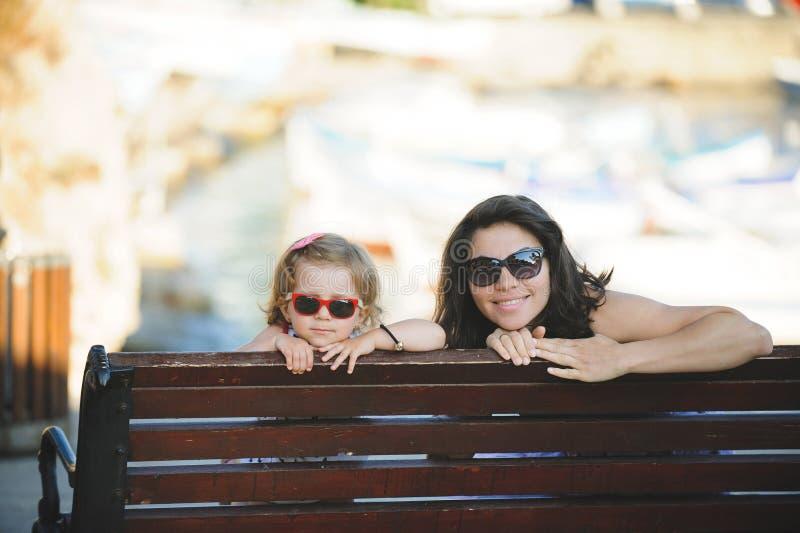 Moeder en Meisje die Rust hebben royalty-vrije stock fotografie