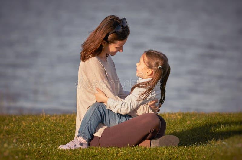Moeder en meisje die van tijd genieten samen openlucht royalty-vrije stock afbeelding