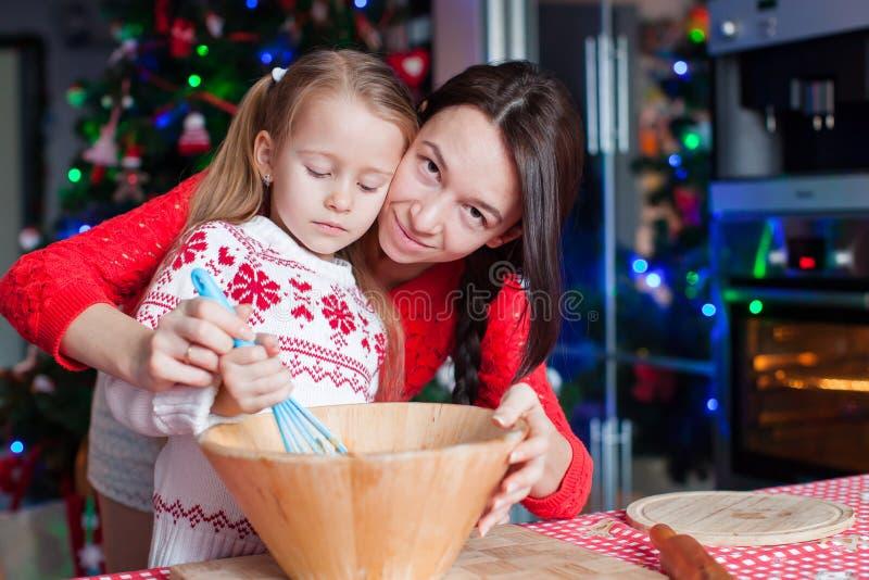 Moeder en meisje het gebakje van bakselkerstmis stock fotografie