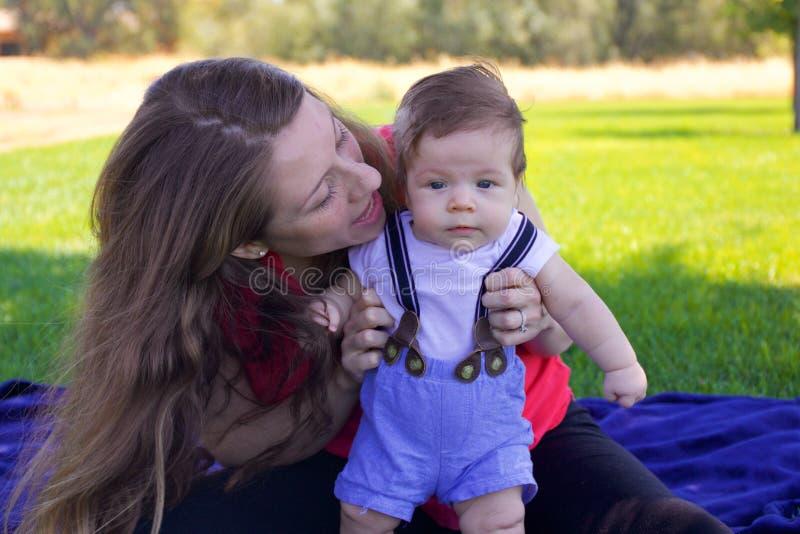 Moeder en pasgeboren baby stock fotografie