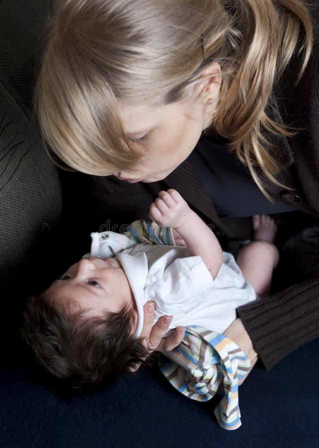 Moeder en pasgeboren kind stock afbeeldingen