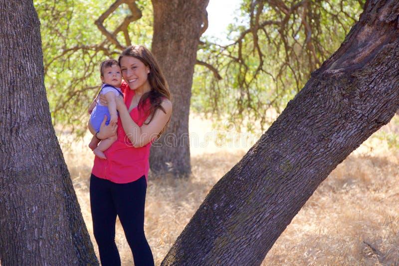 Moeder en Pasgeboren Zoon in een Park royalty-vrije stock foto's