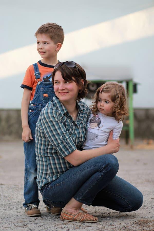 Moeder en twee jonge geitjes stock foto