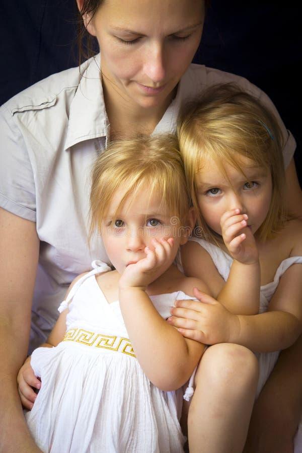 Moeder en tweelingmeisjes stock foto's