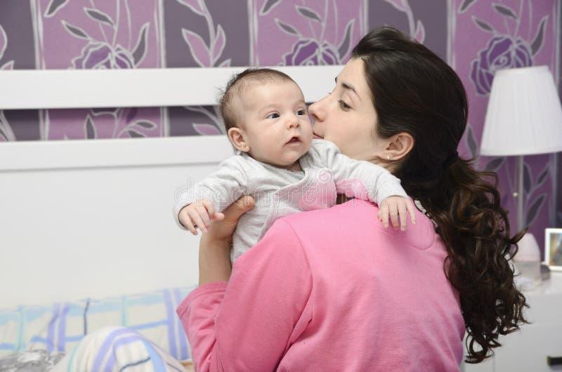 Moeder en weinig baby. stock afbeeldingen