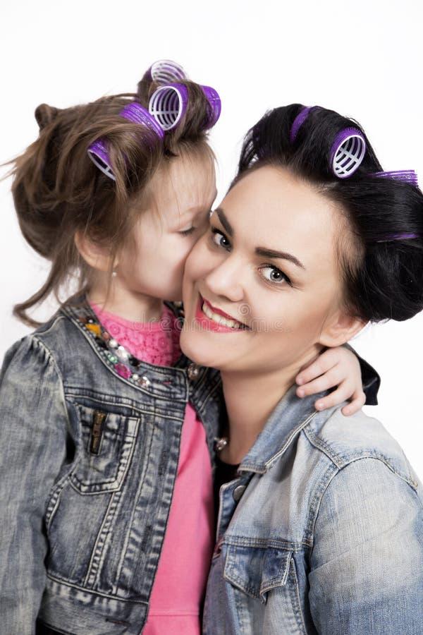 Moeder en weinig dochter in haarkrulspelden royalty-vrije stock afbeeldingen