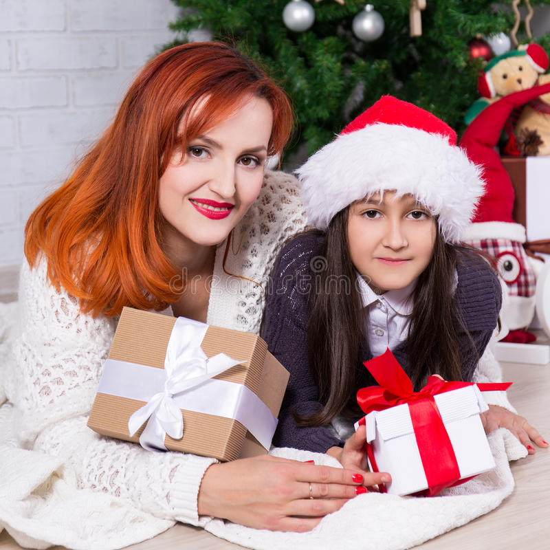 Moeder en weinig dochter met giftdozen en Kerstboom royalty-vrije stock foto