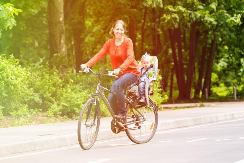 Moeder en weinig dochter op fiets in de zomer royalty-vrije stock foto