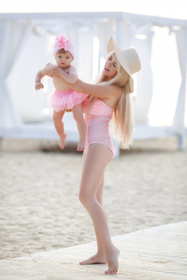 Moeder en weinig dochter op het strand stock afbeeldingen