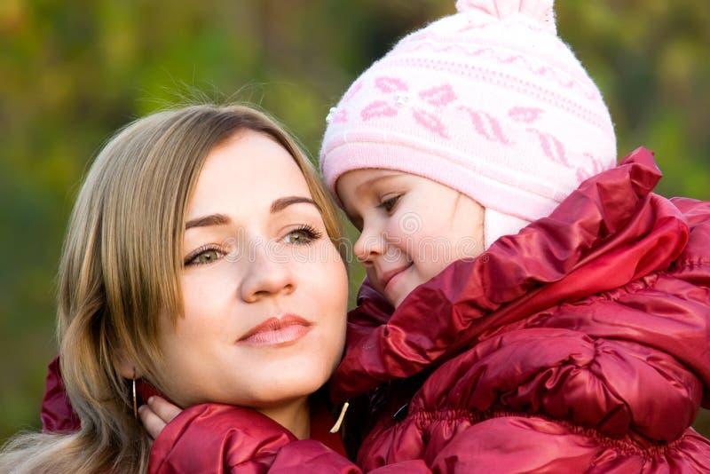 Moeder en weinig dochterportret stock foto