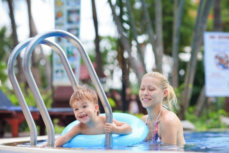 Moeder en weinig jongen in een pool royalty-vrije stock foto