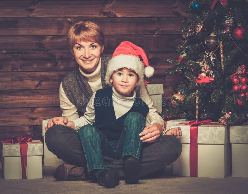 Moeder en weinig jongen met giftdoos stock fotografie