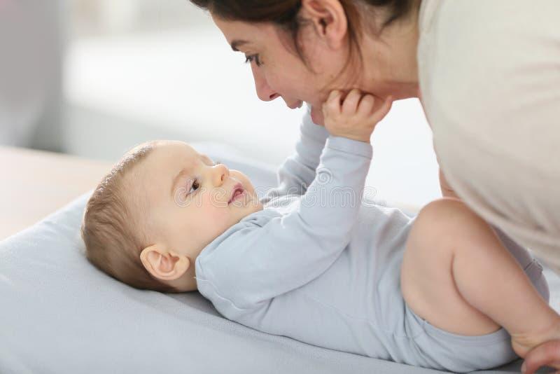 Moeder en zijn baby geknuffel op bed royalty-vrije stock fotografie