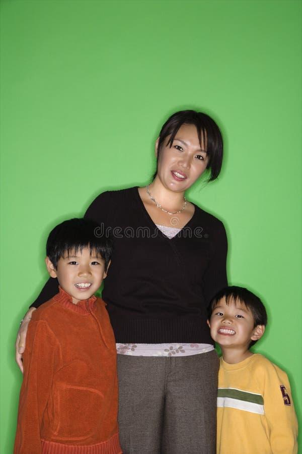 Moeder en zonen stock afbeelding