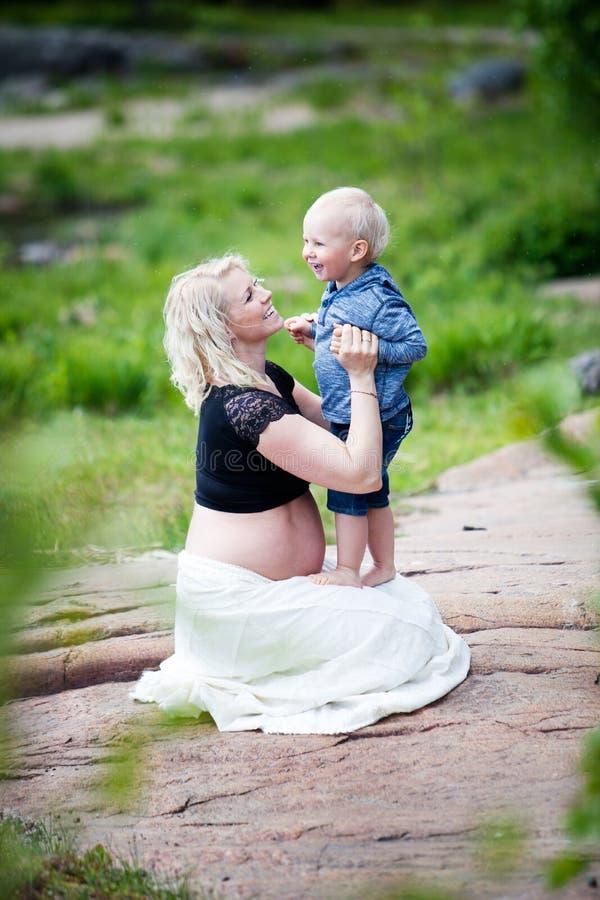 moeder en zoon royalty-vrije stock afbeeldingen