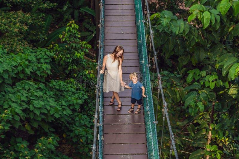 Moeder en zoon bij de Hangbrug in Kuala Lumpur, Malaysi royalty-vrije stock foto's