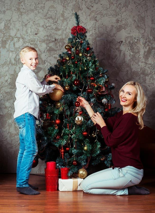 Moeder en zoon bij Kerstmis stock foto's