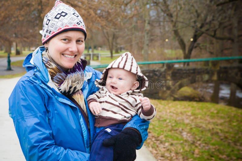 Moeder en Zoon buiten royalty-vrije stock fotografie