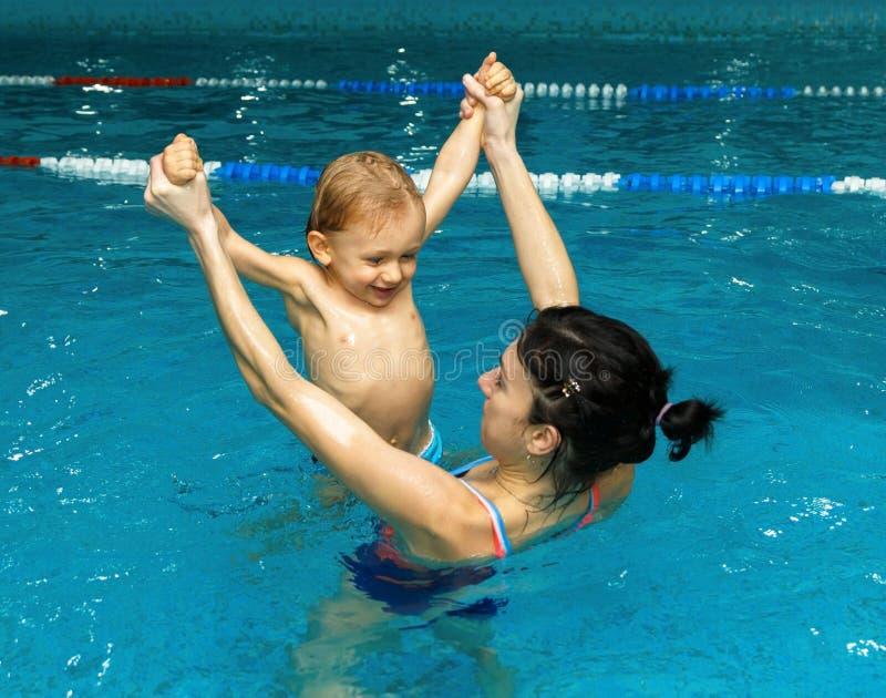 Moeder en zoon in de pool royalty-vrije stock foto's