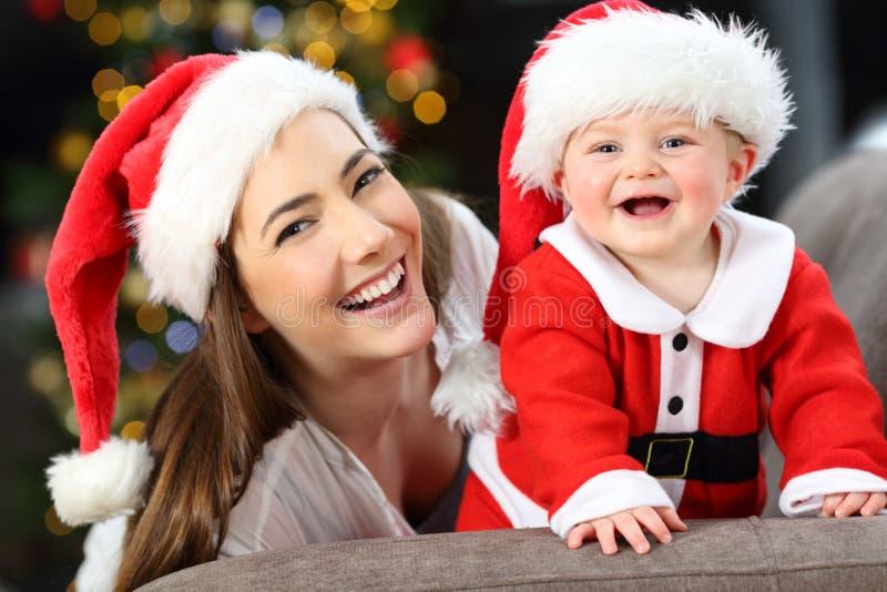 Moeder en zoon die camera in Kerstmis bekijken stock fotografie