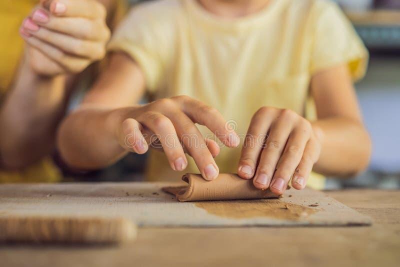 Moeder en zoon die ceramische pot in aardewerkworkshop doen royalty-vrije stock foto's