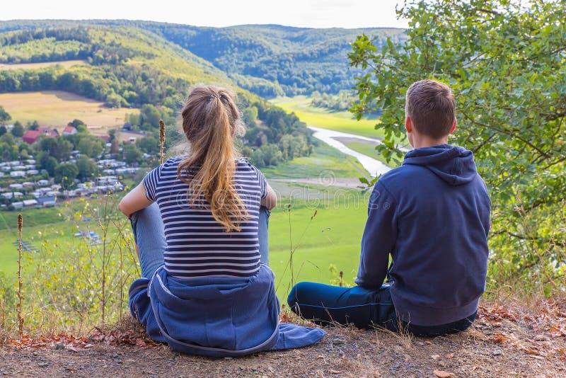 Moeder en zoon die Duits landschap bekijken stock fotografie