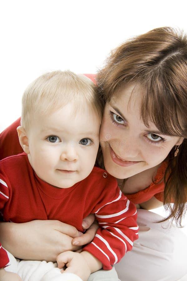 Moeder en Zoon die op wit wordt geïsoleerd. stock fotografie