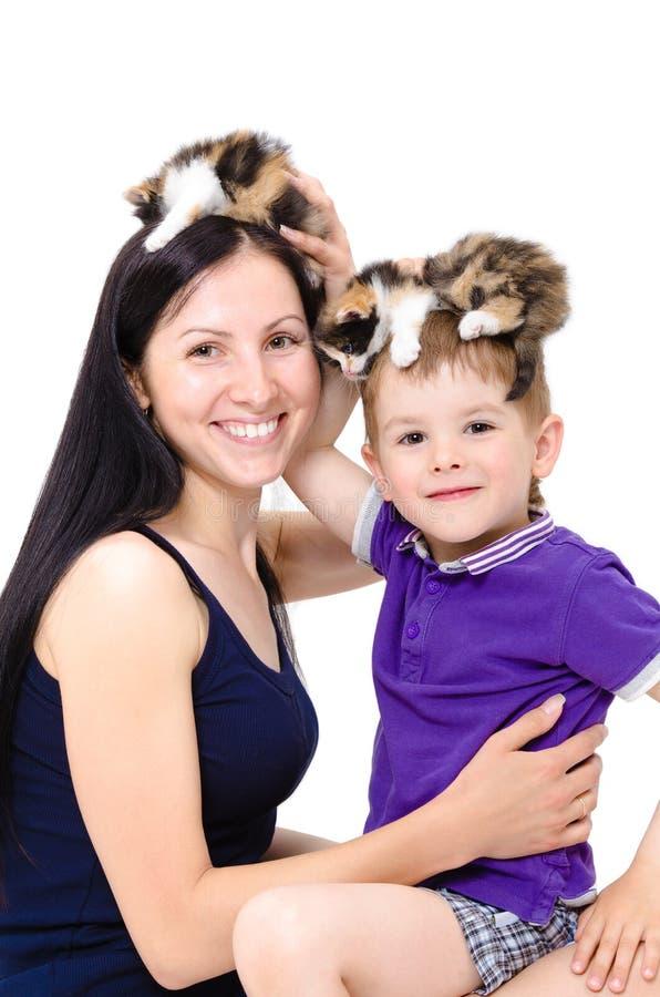 Moeder en zoon die pret het spelen met katjes hebben royalty-vrije stock fotografie