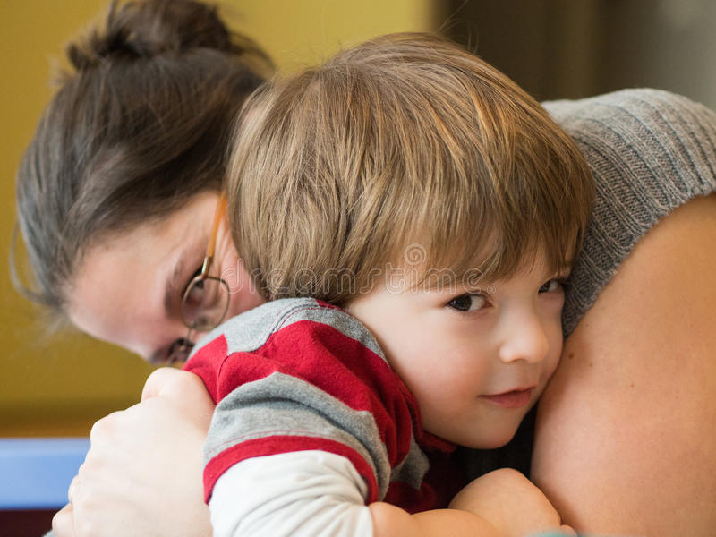 Moeder en zoon samen stock afbeeldingen