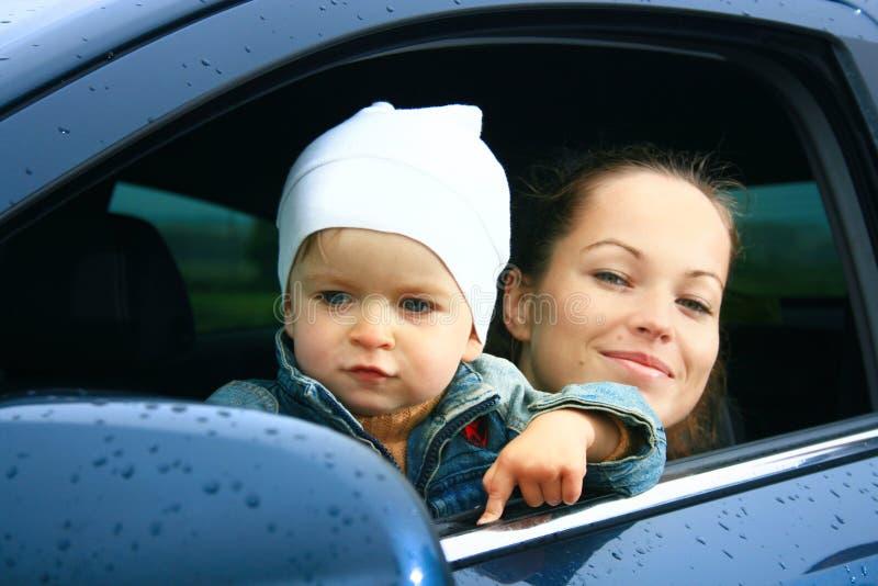 Moeder en zoon in een auto stock afbeelding