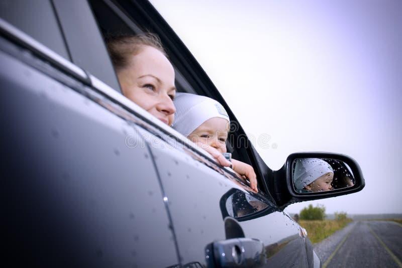 Moeder en zoon in een auto royalty-vrije stock foto