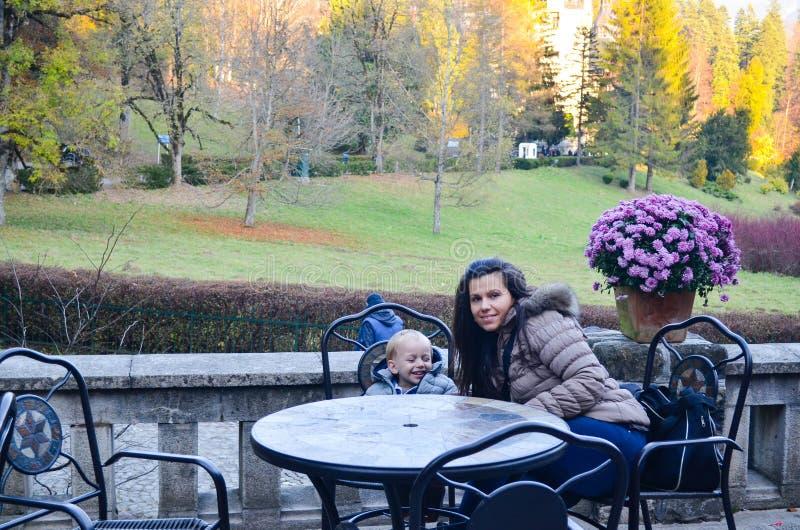 Moeder en zoon in een park royalty-vrije stock afbeeldingen