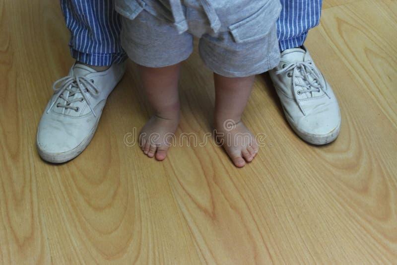 Moeder en zoon - eerste stappen stock foto's