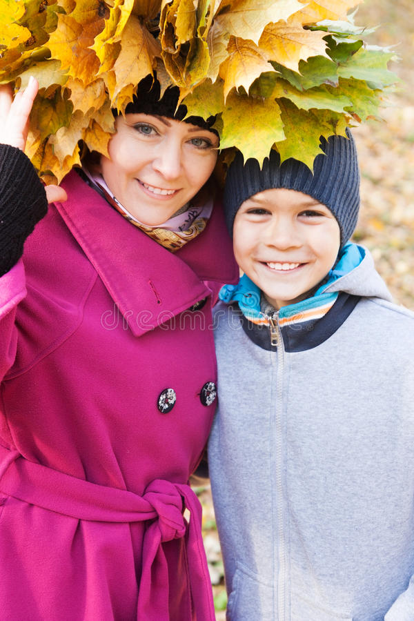 Moeder en zoon in het park op de herfst royalty-vrije stock afbeelding