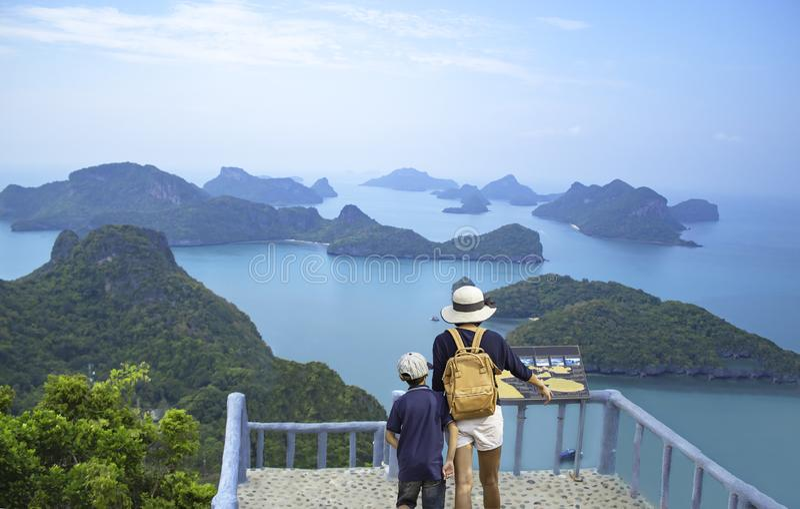 Moeder en zoon op Pha Jun Jaras Viewpoint bij Angthong-Eilanden, Suratthani in Thailand stock afbeeldingen