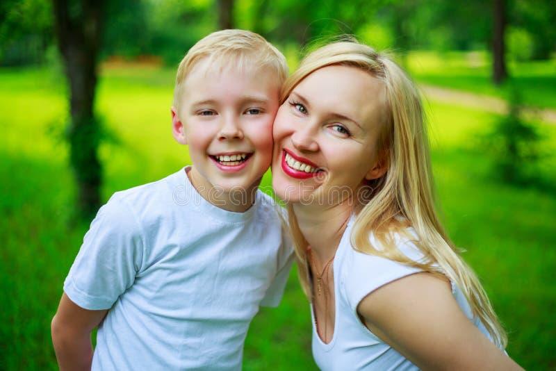 Moeder en zoon openlucht royalty-vrije stock afbeeldingen