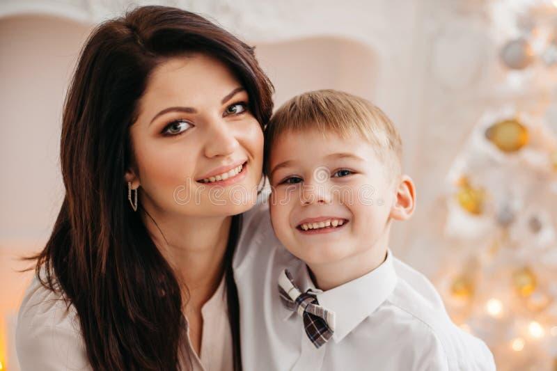 Moeder en zoon in studiokerstmis, close-up stock foto's