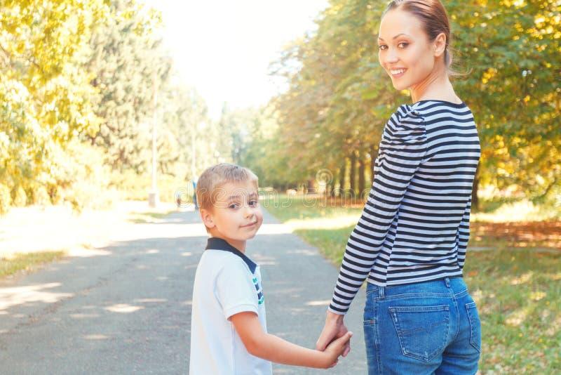 Moeder en zoon tijdens gang royalty-vrije stock afbeeldingen