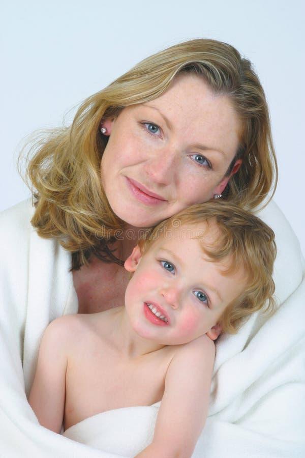 Moeder en Zoon in Wit royalty-vrije stock fotografie